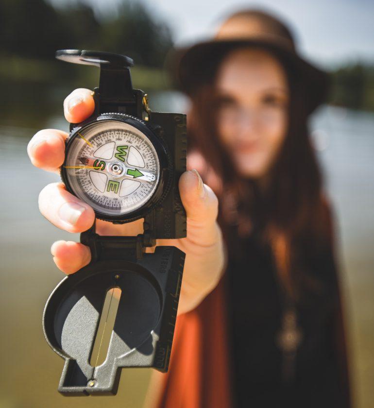 devojka sa kompasom
